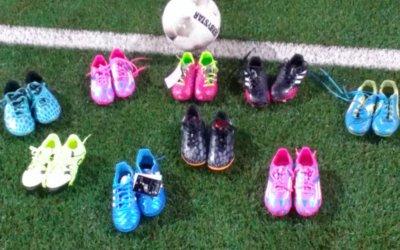 De kleinste jeugd van V.V. Bentelo krijgt voor de 3e keer voetbalschoenen van Toon Katier.